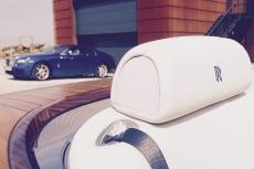 Weiße Ledersitze mit Rolls-Royce Logo