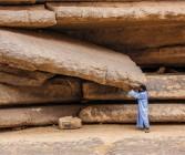 Tuareg Mohammed stemmt riesige Steinplatte