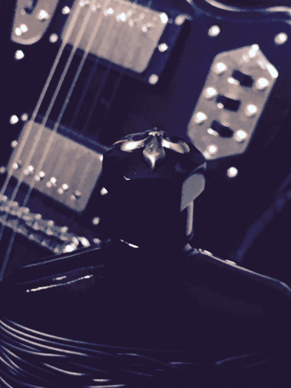 Perfektes Paar: Dark Rebel trifft Fender Jaguar /// Bild: Wolfgang Wieser
