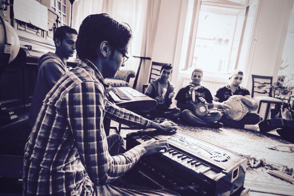 Borhan (vorne) mit seinen Freunden Majid, Milan, Abdul und Memo (von links) /// Bild: Marco Rossi