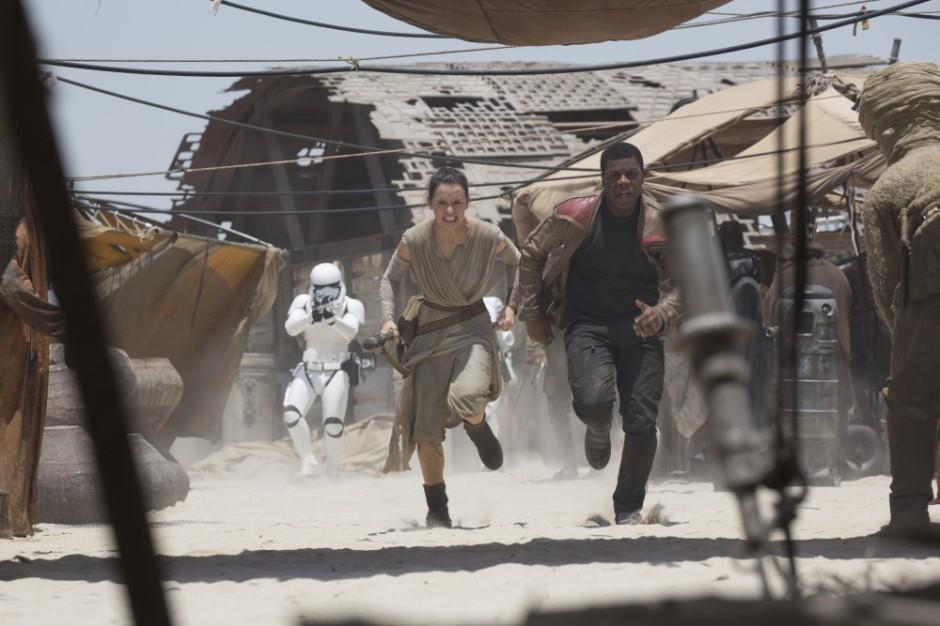Auch ohne Moon Boots gut zu Fuß: Daisy Ridley als Rey und John Boyega als Finn