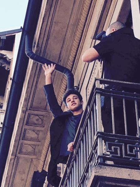 Cameron Dallas winkt vom Balkon aus seinen Fans zu