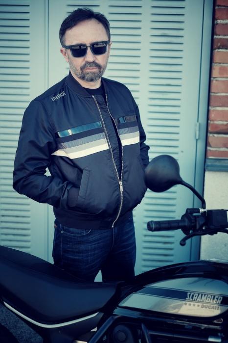 Vor dem Start wird umgezogen: Bomberjacke von Diesel, Sonnenbrille von Smith /// Foto: coolrides.at, Homolka