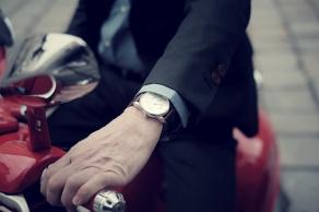 Unterwegs mit der Vespa, die Mido am Handgelenk /// Bild: Homolka